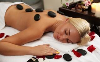 Можно ли делать массаж женщине во время месячных: все за и против