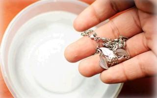 Чистим серебряные украшения с камнями правильно: советы и лайфхаки