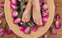 Как парить ноги и можно ли это делать при температуре