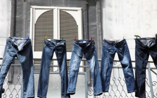 4 способа быстро высушить после стирки джинсы, если нет фена или утюжка