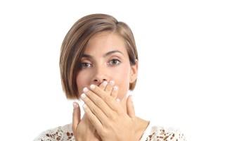 Причины запаха изо рта у взрослого и ребенка и как это вылечить