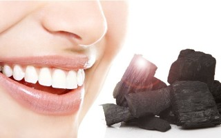 Как отбелить зубы с помощью обычного активированного угля