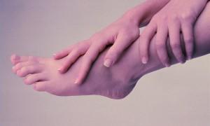 Две основные причины, по которым сводит пальцы на ногах