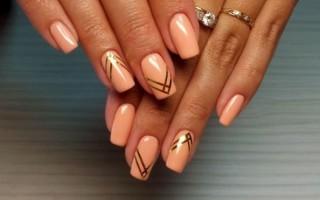 Интересные варианты дизайна ногтей с золотыми полосками
