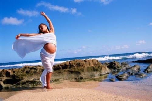 беременная женщина танцует