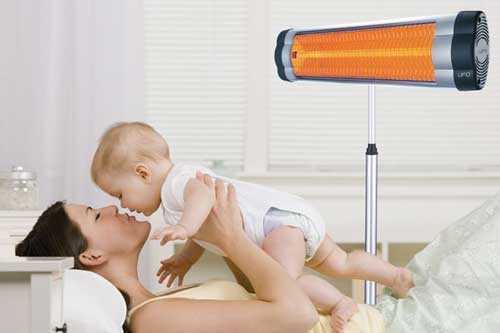 мама с малышом в комнате с ИК-обогревателем