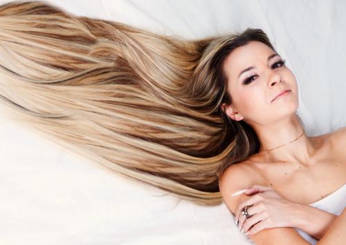 блестящие здоровые волосы у девушки