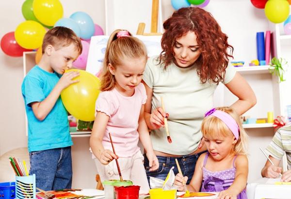 детки рисуют с воспитателем