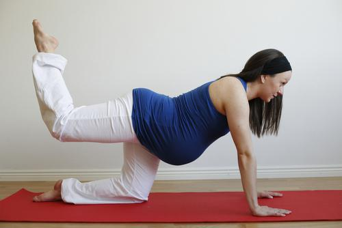 беременная женщина делает упражнения