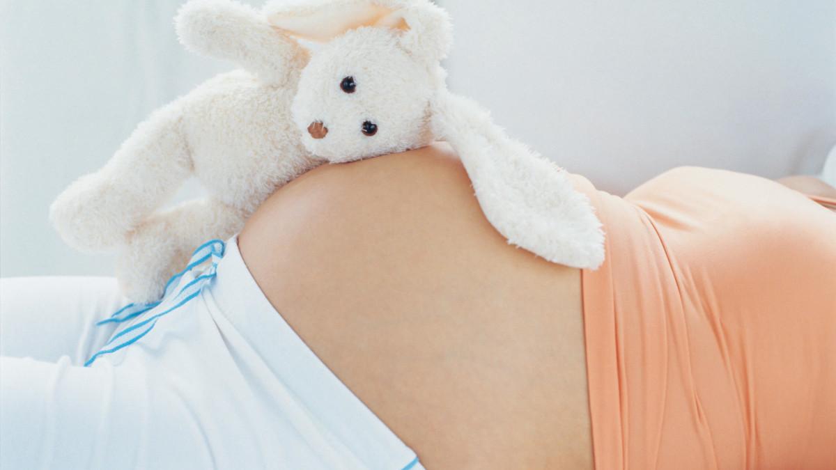 Беременная женщина с тёмной кожей в деликатных зонах
