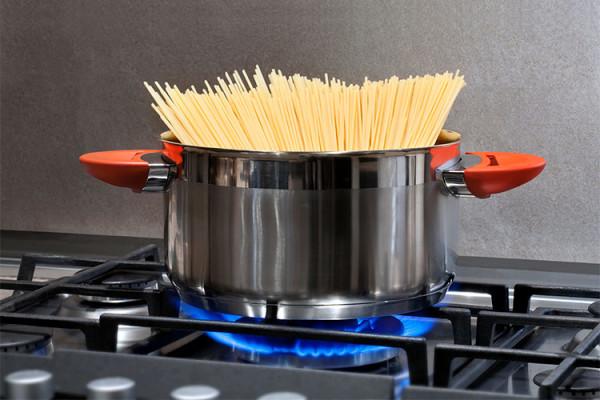 варка спагетти в кастрюле