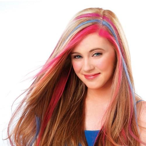 девушка с цветными прядями волос