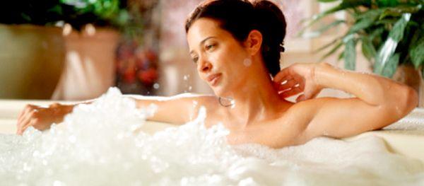 девушка принимает ванну с морской солью