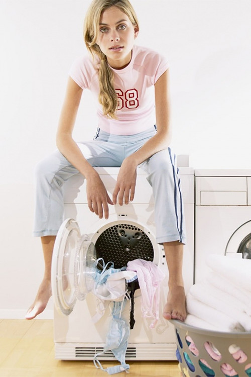 девушка сидит на сломанной стиралке