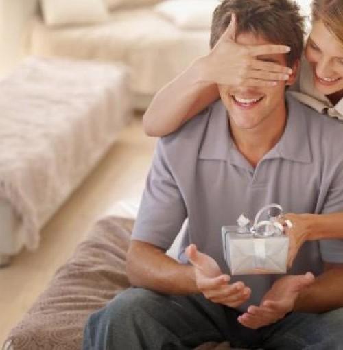 жена дарит подарок мужу