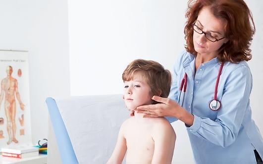 ребенка обследует врач