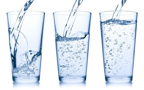 чистая вода в стаканах
