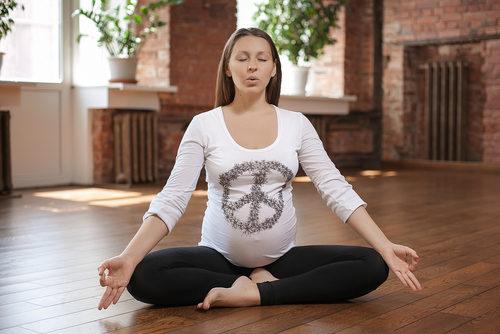 женщина учится правильно дышать