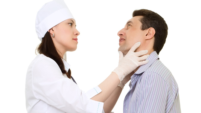 доктор обследует пациента
