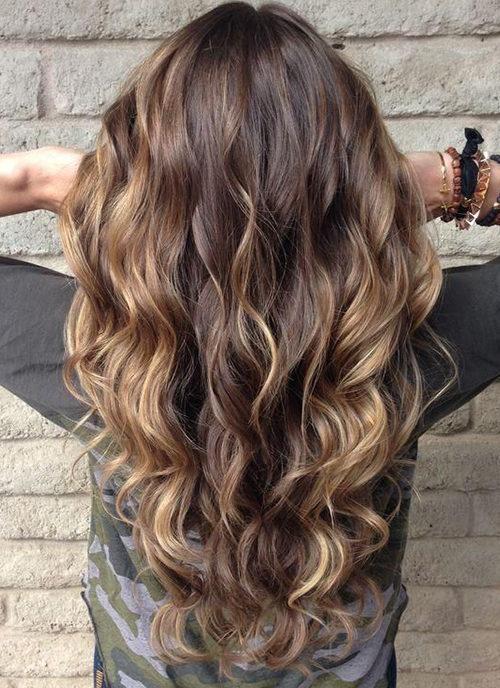 девушка демонстрирует окрашенные волосы