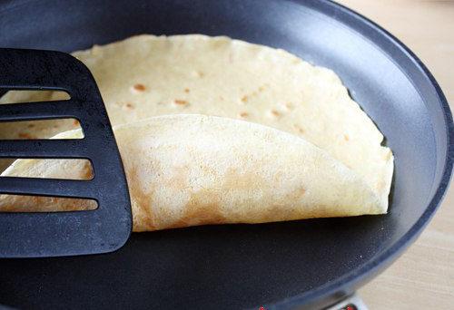 переворачивание блинчика на сковороде