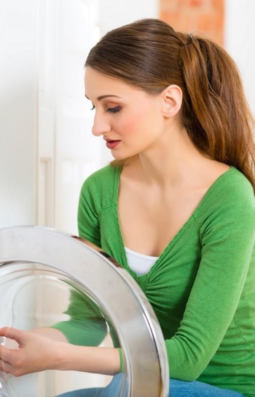 женщина осматривает стиралку