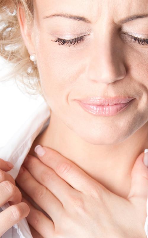 женщина ощущает дискомфорт в горле