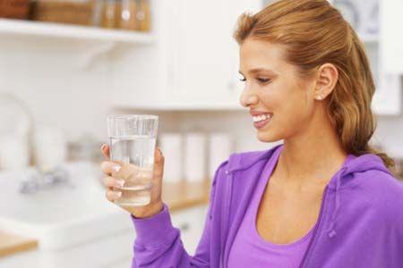 Девушка собирается выпить воду