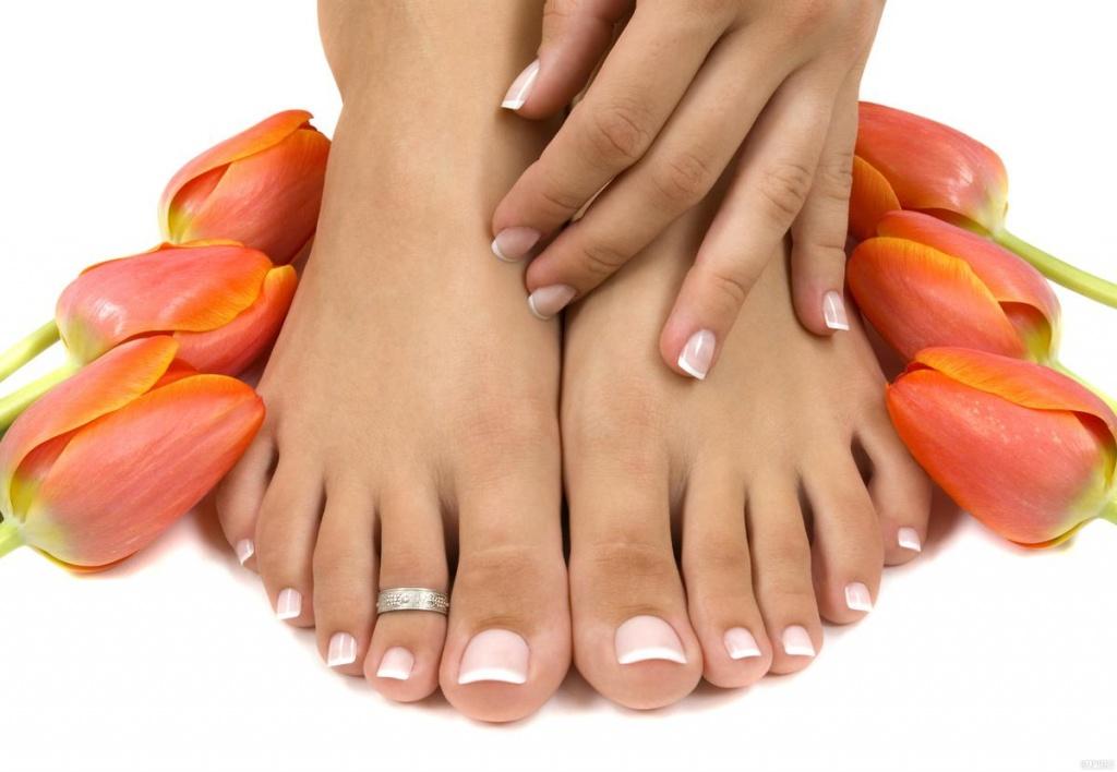Здоровые женские ноги с маникюром