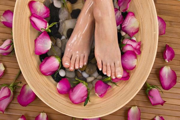 Ноги, которые моют с лепестками роз