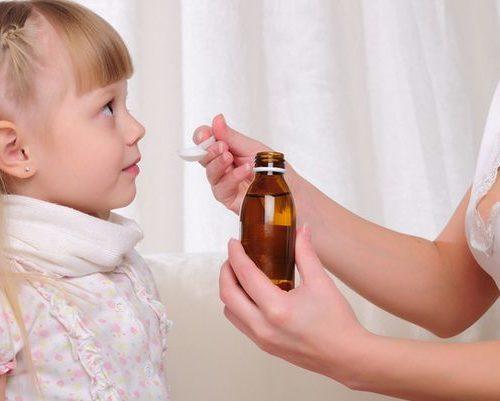 мама сбивает температуру ребенку