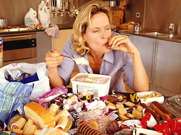 на столе перед женщиной много еды