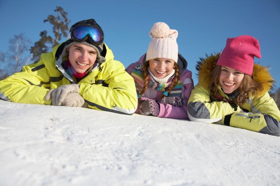 люди лежат на снегу