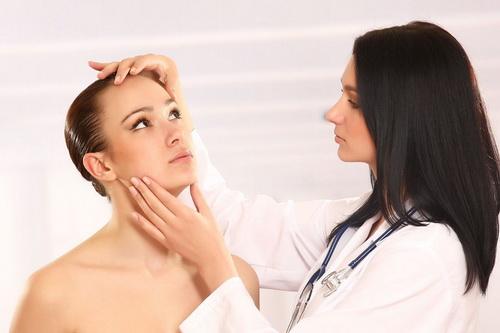 врач обследует пациентку