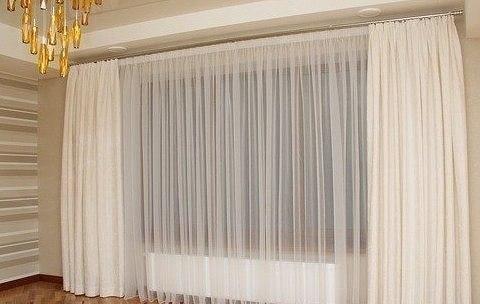 Элегантное украшение окна - белоснежные занавески.