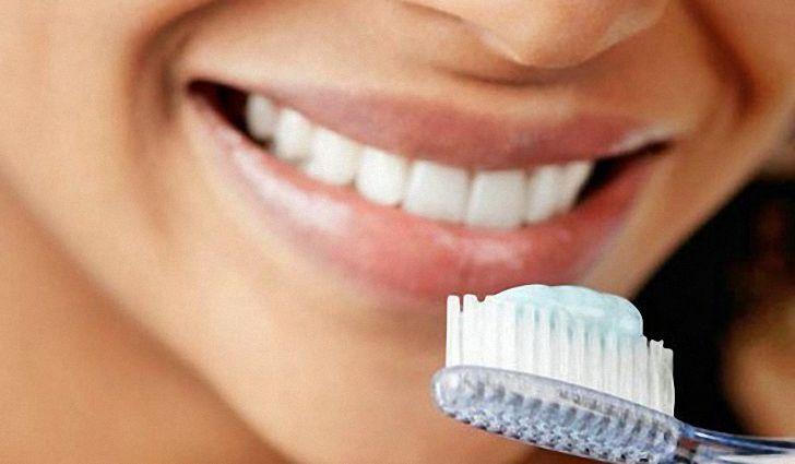 зубная щетка с пастой для чистки зубов