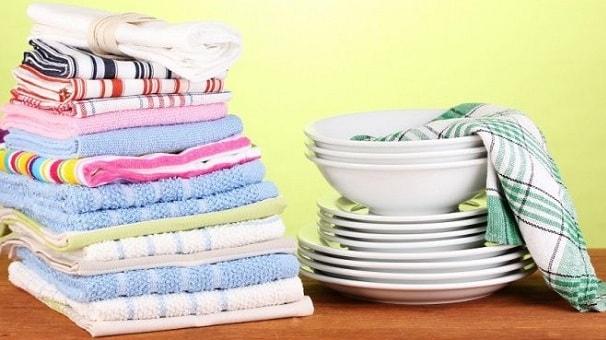 чистая посуда и полотенца