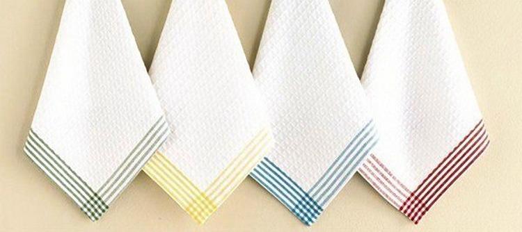 Белые полотенца висят