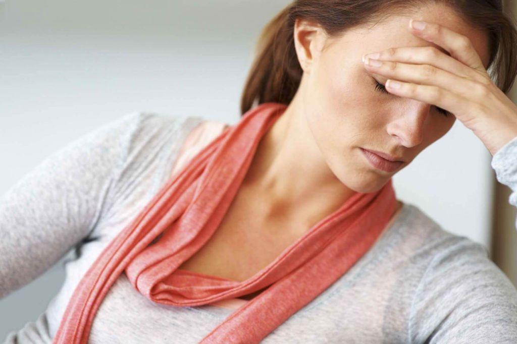 Женщина с усталостью на лице