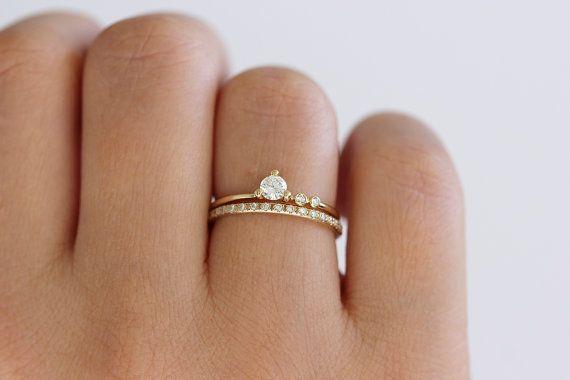 Символ любви и верности будущих новобрачных – на каком пальце руки носят помолвочное кольцо до свадьбы в России?