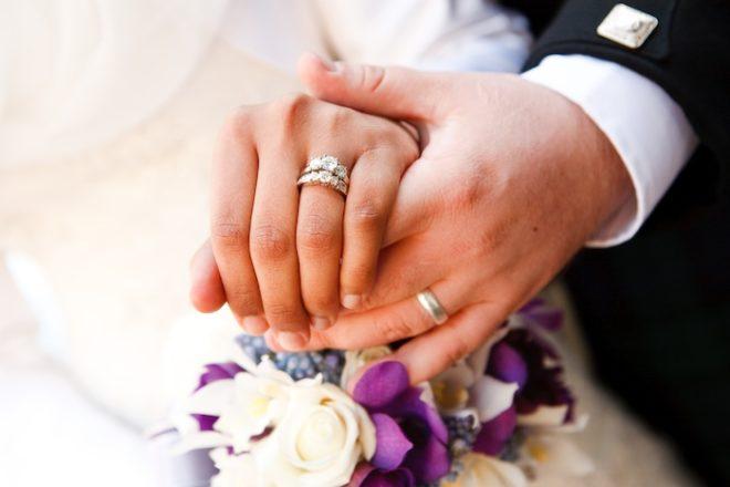 Можно ли носить на одном пальце обручальное и помолвочное кольцо