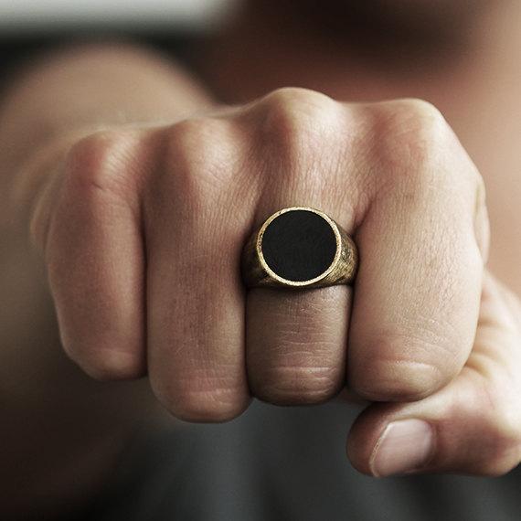 кольцо на руке