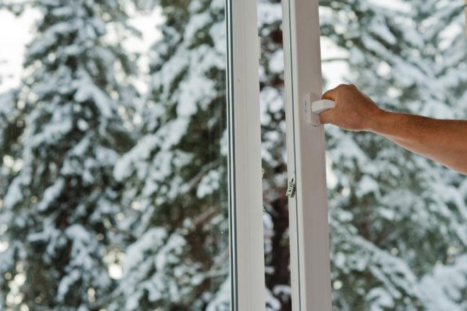 Открывать окно зимой