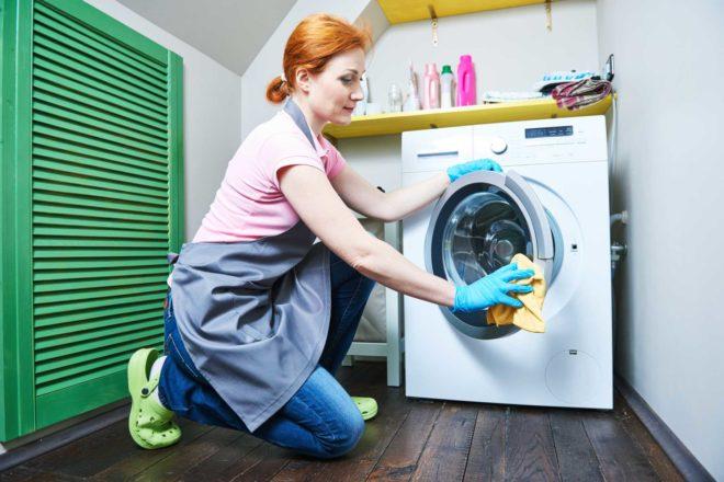 женщина моет стиральную машинку