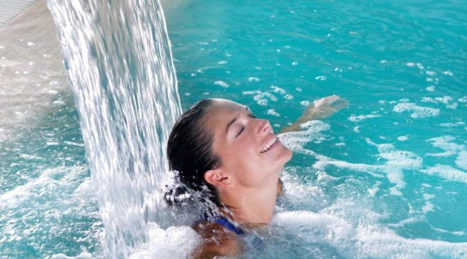 девушка в бассейне бальнеотерапии