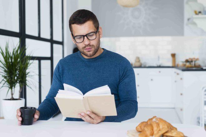 человек в очках читает